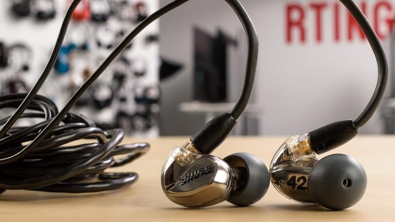 Sound isolating headphones